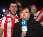supporter foot lache derrière journaliste