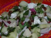 Salade concombre, menthe, coriandre, raisins, chèvre oignons rouges