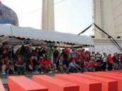 chemises rouges défilent avec cercueils leurs camarades décédés tandis gouvernement thaïlandais accuse terroristes