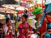 Parade religieuse enfants élevés