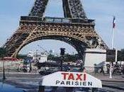 Photo d'un taxi parisien sous tour effeil