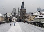 Prague pont Charles sous neige