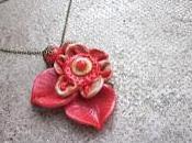 Collier court avec fleur orangée