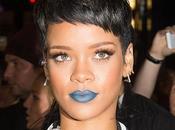 Rihanna maquillée avec rouge lèvres bleu pour présenter nouvelle collection River Island