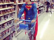 Alex Goude promène déguisé Superman dans supermarché américain