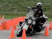 Regardez motard police manier Harley-Davidson