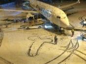 sexe masculin dessiné pied d'un avion Ryanair