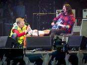 Dave Grohl tombe scène, casse jambe mais continue concert