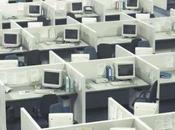 employé surpris train faire semblant travailler vendredi