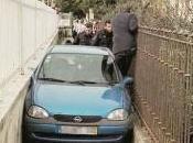automobiliste coince voiture zone piétonne
