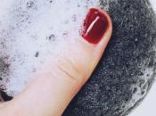 Éponge konjac noire crème hydratante indispensables pour peau grasse