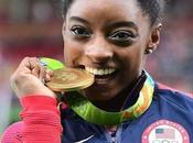 Pourquoi athlètes mordent leur médaille?