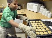 garçon lance pâtisserie pour acheter maison mère