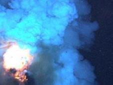 plus près d'un volcan sous-marin éruption