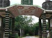 Thaïlande temple construit bouteilles coquillages