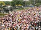 groupe multicolore rassemble Bangkok pour soutenir gouvernement forces l'ordre