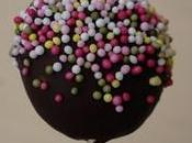 Cakes pops génoise framboise, coulis framboises, chocolat noir.