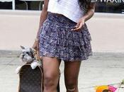 Look Stars Ciara balade avec chien dans rues