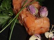Saumon mariné, crème fouettée ciboulette.