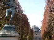 jardin Luxembourg, loin foule déchaînée ....