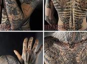 homme tatoué pieds tête retrouve visage d'origine