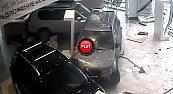 client mécontent défonce voitures showroom chez concessionnaire Nissan video