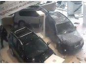 client mécontent détruit voitures chez concessionnaire Nissan