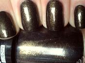 ongles trempés dans bronze