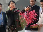 Inde, Aung Kyi, adepte depuis toujours Non-Violence, recueille Mémorial Gandhi jette centaines pétales roses honneur