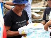 distribue vivres personnes touchées typhon Bopha