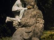 L'homme gratouillait menton statues Borobudur