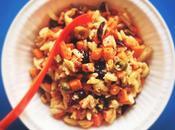 Pâtes, carottes, artichauts, câpres noisettes. SALADE DÉVORAIT POUCE PAR-DESSUS L'ALCOOL.