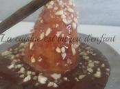 Poire pochée nappée sauce chocolat confiture