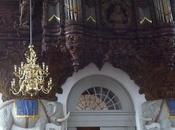 Deux éléphants dans église