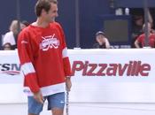 Roger joue hockey lors passage Toronto