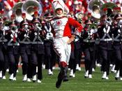 gigantesque fanfare mime joue musiques séries