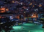 terrain football s'illumine grâce joueurs