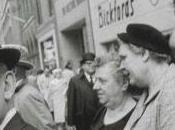 Winogrand, l'homme debout dans foule