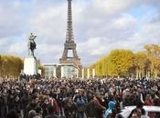 Distribution gratuite billets banque sous Tour Eiffel