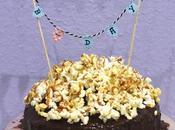 """Layer cake chocolat noir, caramel popcorn Faire bannière gâteau """"Happy B-Day"""""""