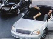 Lorsque femmes temeraires sautent capot d'une voiture pour arrêter voleurs Videos