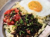 Roti laviane Bœuf braisé mauricien parfumé sauce soja épices Mine bouilli boeuf servi avec satini pommes d'amour oeuf miroir