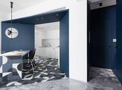 décoration totalement noire, blanche bleue pour superbe appartement