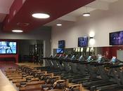 L'installation mois ancienne chapelle transformée salle fitness reçoit multiples écrans