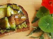 Tartine courgettes grillées houmos petits pois fèves (Vegan)