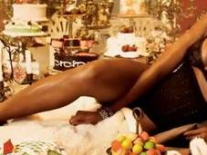 Naomi Campbell topless pour Vogue