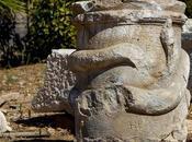autel avec représentation serpent vieux 2000 découvert dans l'ancienne ville Patara Turquie